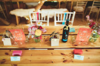11 The wedding tables were uncovered and decorated with brigth blooms