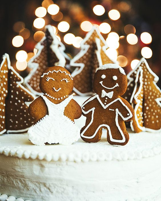 gingerbread cookies are perfect winter wedding cake toppers, they scream winter and winter holidays