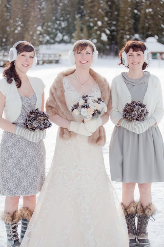striped mittens for bridesmaids and neutral ones for the bride are a cool idea for a snowy outdoor wedding