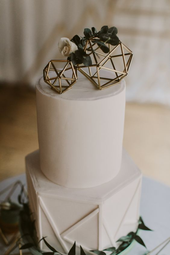 if you are hesitating, go for geometric wedding cake toppers, they always work and are in trend now