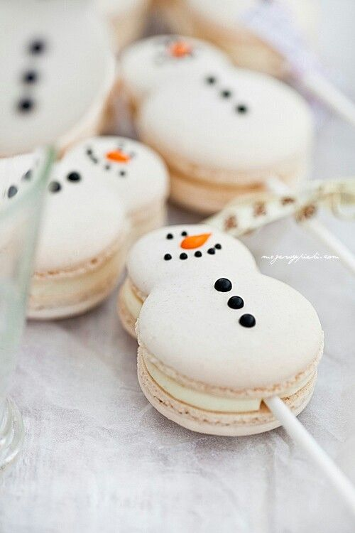 snowman macarons on skewers are original and awesome and look super cute