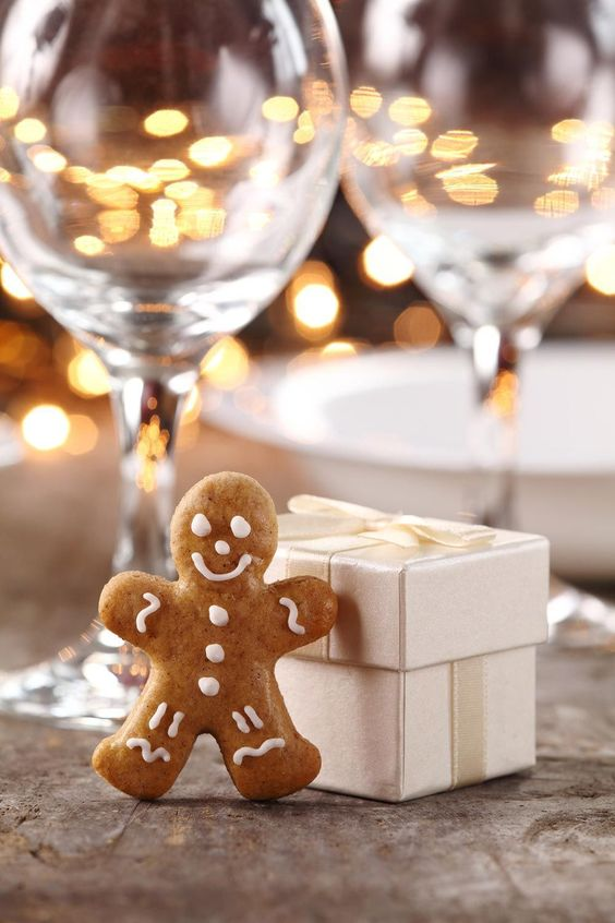 gingerbread cookies in individual boxes are ideal for Christmas weddings, what can be more traditional