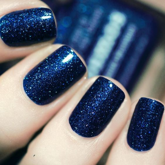 elegant glitter navy nails are great for winter, to achieve that ice queen look that many girls want