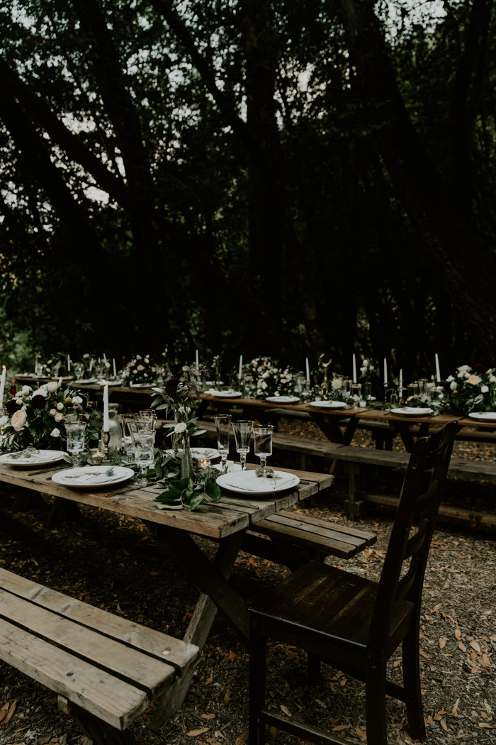 The wedding reception space was an outdoor one done with neutral florals and greenery