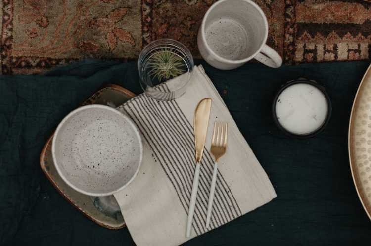 Even for such a small picnic they chose cool speckled porcelain, modern cutlery and air plants