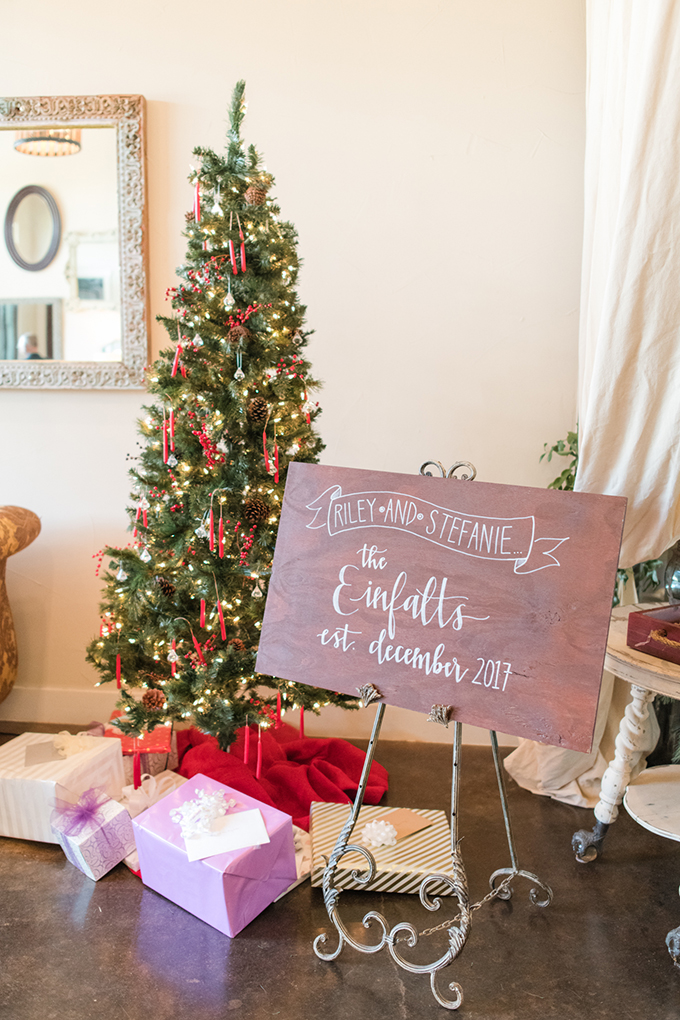 What can be cozier than a Christmas wedding with a traditional color scheme