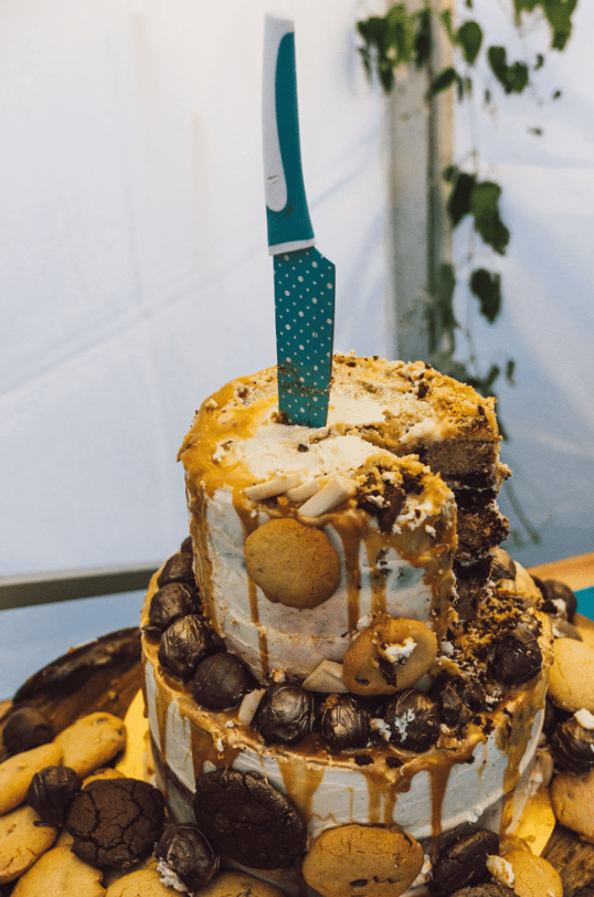 The wedding cake was a crazy one, with caramel dripping, with cookies, chocolate, candies and even cheese on top