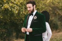 07 an emerald velvet tuxedo with black lapels is a gorgeous idea for grooms who love colors