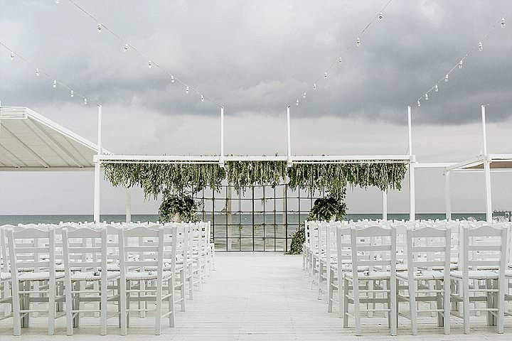 The wedding ceremony space was all-white with sea views, grids and greenery didn't prevent seeing them
