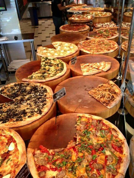 wooden slices can be a nice idea to serve your pizzas to give your wedding food bar a rustic feel
