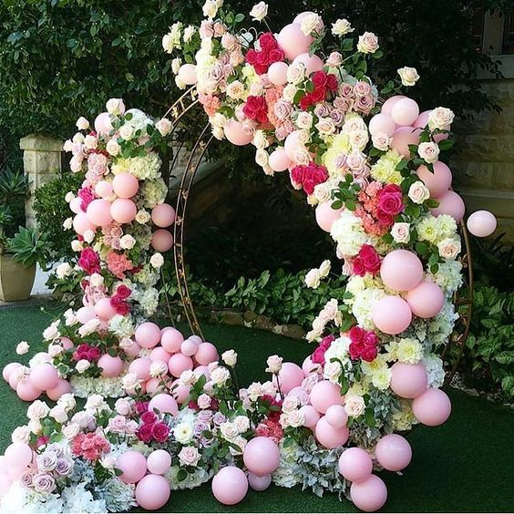 a giant balloon, roses and greenery wreath can become a unique wedding backdrop
