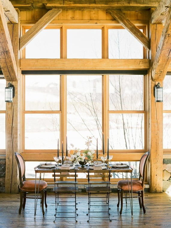 A cozy reception space was created by the window with snowy views