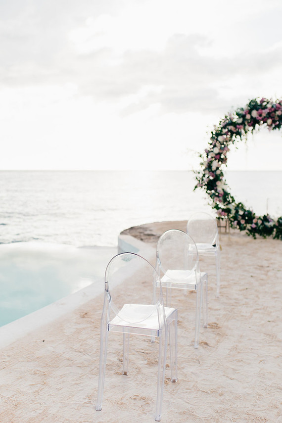 Ghost chairs help the guests concentrate on the sea and the ceremony
