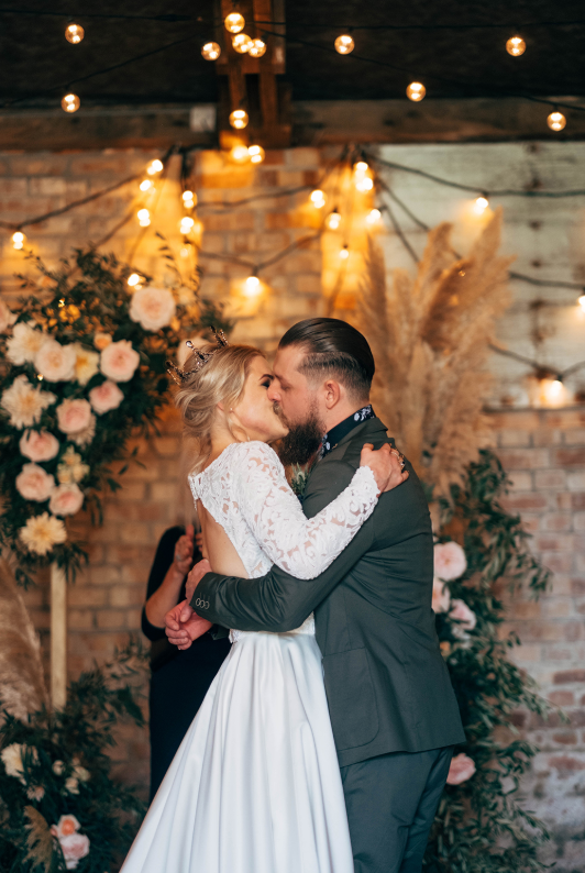 What a gorgeous ceremony space with a strong boho feel and lush florals
