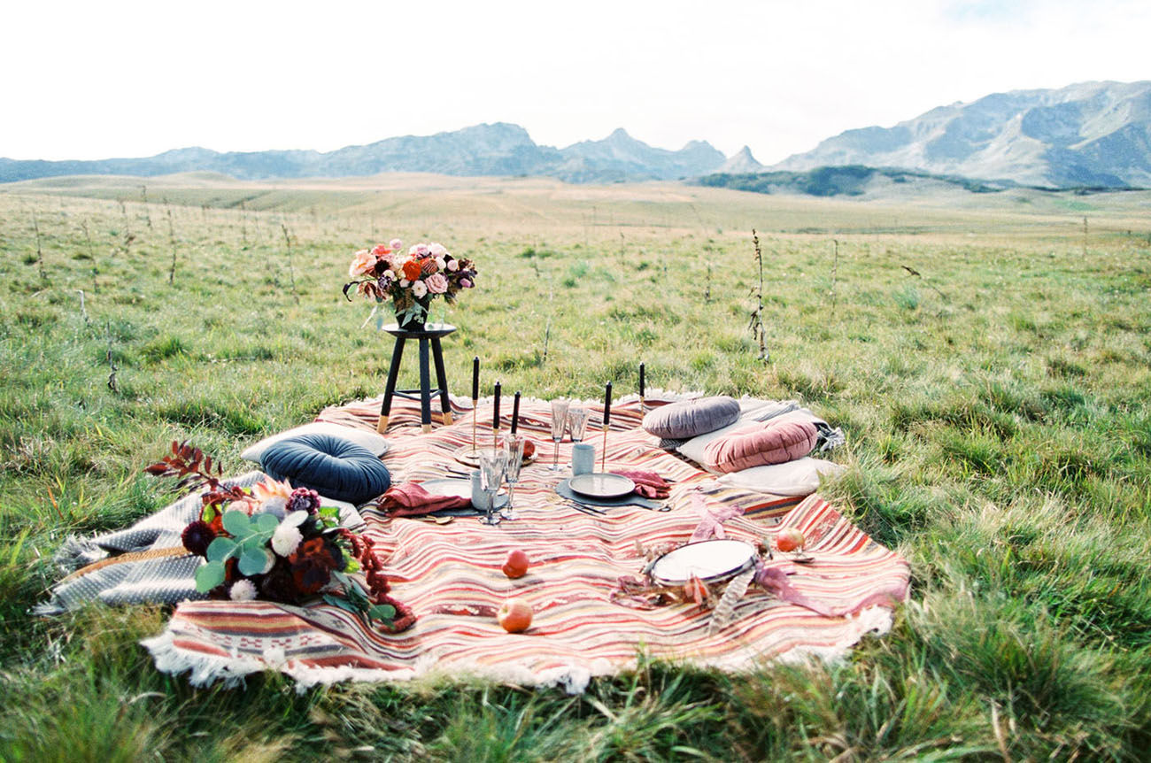 a wedding picnic is a great idea for a photo shoot
