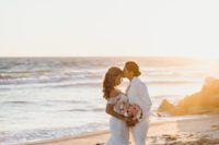 01 This oceanfront wedding is very heartwarming, with beautiful sunset tones and a cool beach