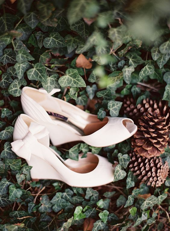 elegant white wedges with bows on the sides and peep toes will give a chic feel to your look