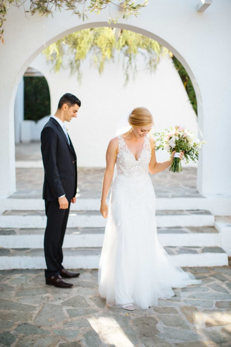 The wedding dress was an A-line one, with a sleeveless bodice, a deep V-neckline and a tulle skirt