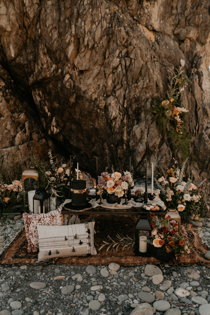 The sweetheart table was set as a picnic one, with boho rugs, lanterns, black candles and lots of beautiful florals around