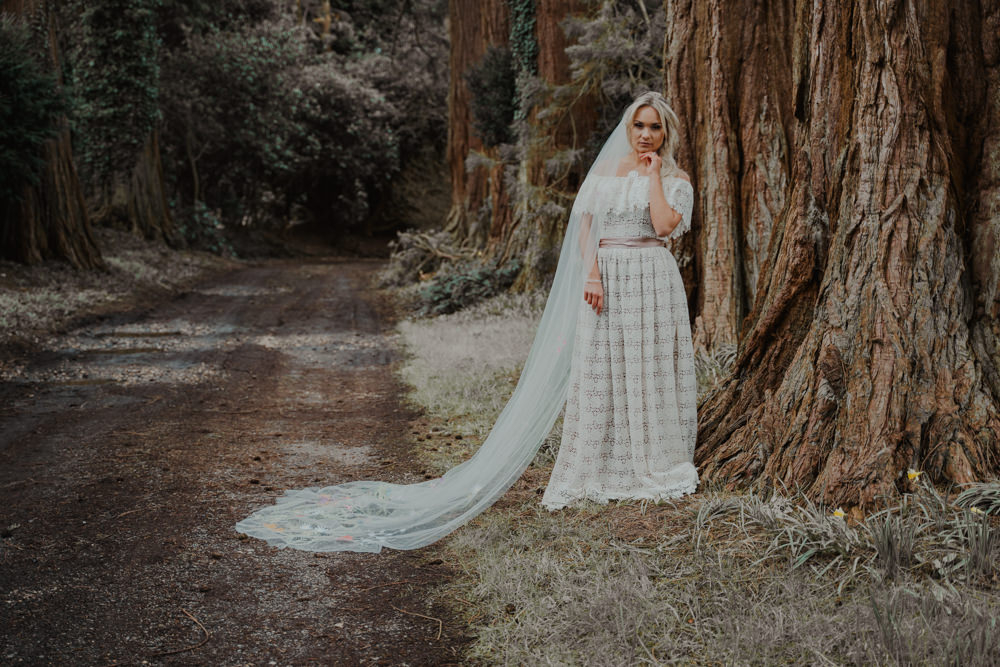 A long wedding veil added romance to her outfit