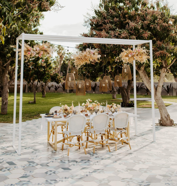 The reception space was placed on a tiled floor, with an arch and hanging lamps