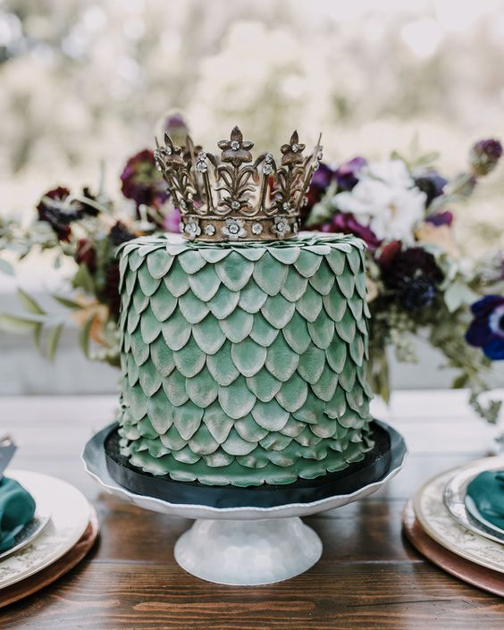 a green dragon scale wedding cake with a crown is a very cool GOTH inspired idea to try