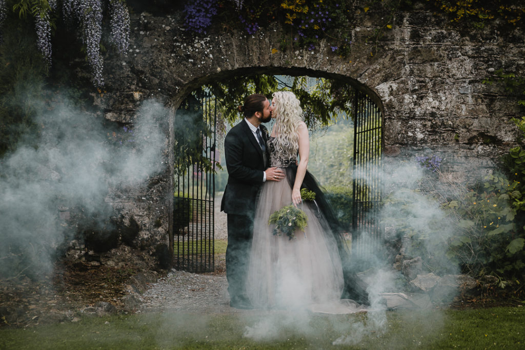 This couple went for a gorgeois Irish Canadian wedding in Blackwater Castle in Ireland