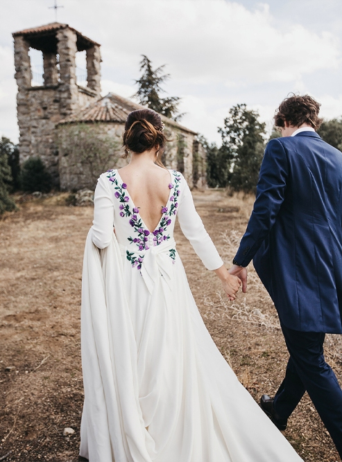 This rustic and boho wedding took place in Madrid mountains and the bride was wearing a custom made wedding dress