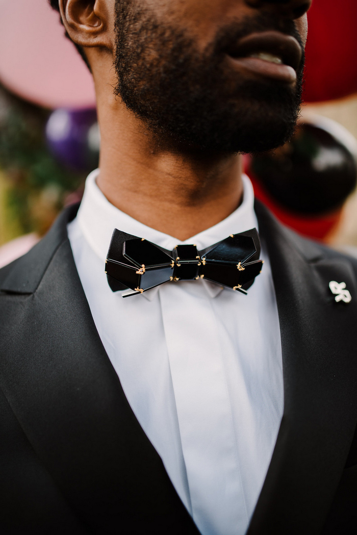 Look at that gorgeous sculptural bow tie with gold touches, isn't it a fantastic accessory