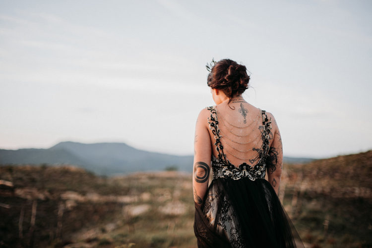 The dress featured also a chain back that highlighted the bride's tattoos