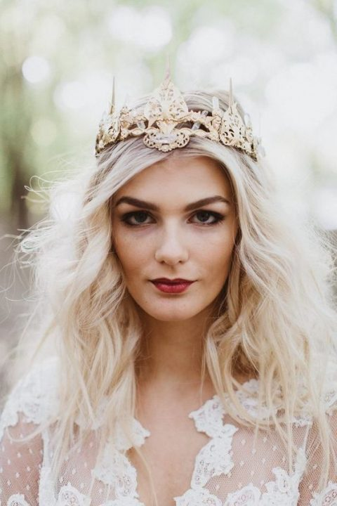 a refined gold crown with crystals to add a real Royal feel to your outfit at once