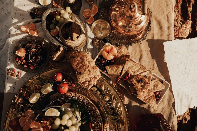 Fresh fruits, pitas, hummus and drinks complimented the excellent table decorcape