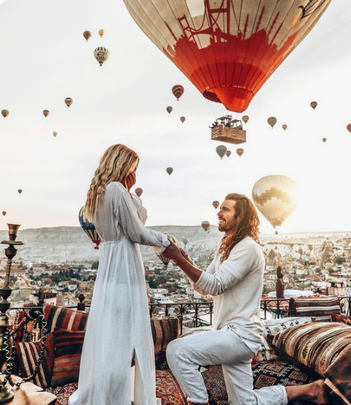 a very speactacular and cool proposal with a Moroccan-style picnic and lots of hot air balloons around
