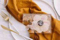 17 gorgeous place cards with tender pressed blooms and white calligraphy will make each place setting more unique