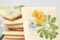 28 cookies with pressed edible flowers are amazing for a spring or summer wedding, they are all-natural