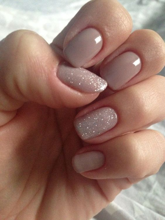 nude nails and two accent ones done with glitter are amazing for a refined bride who loves glam