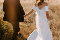 07 The couple went for a walk and portraits in the desert, look at the gorgeous wedding dress