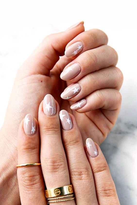 blush wedding nails with large white stars look cute, a bit imperfect and very dreamy