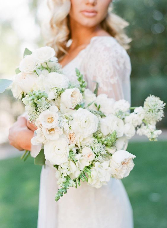 a tender and soft wedding bouquet with touches of greenery is a refrshing idea for a spring bride