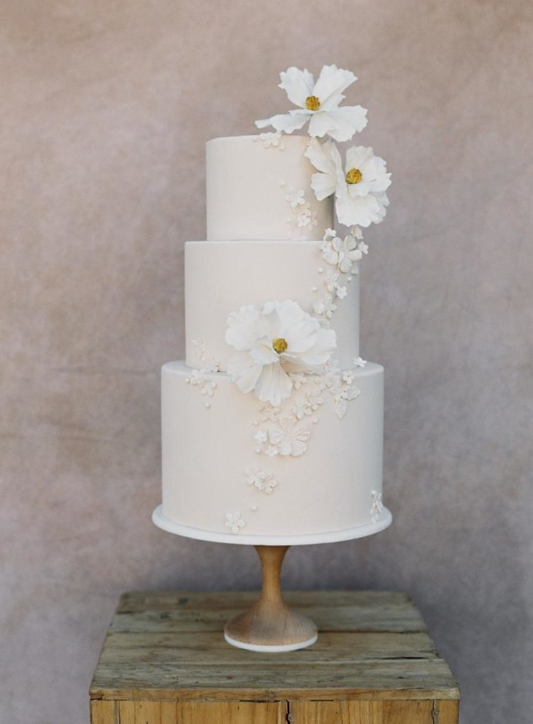 The wedding cake was a neutral one with matchign sugar flowers