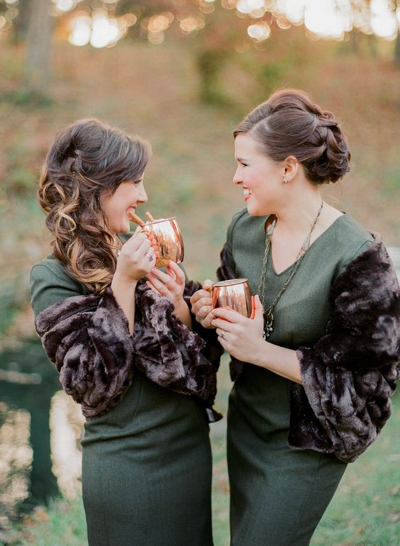 green midi dresses with rich brown faux fur are a contrasting combo that fits both fall and winter