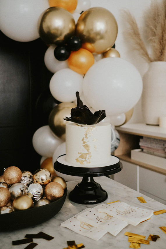 The wedding cake was a white one, decorated with black shards and with gold leaf