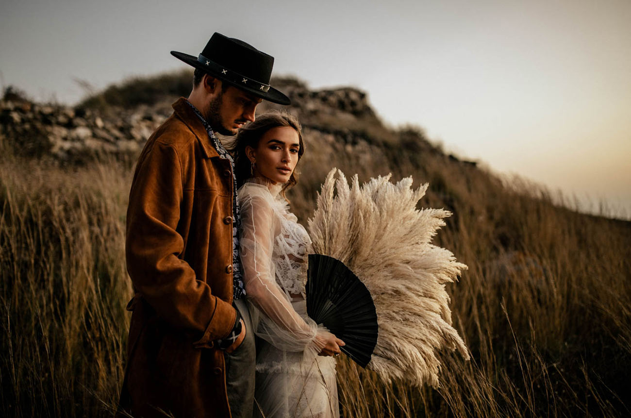 She was carrying an oversized pampas grass fan instead of a usual wedding bouquet