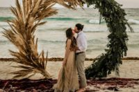 14 a stunning circle wedding arch decorated with tropical greenery and pampas grass