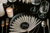 30 dried fronds to mark the place settings are a very chic and refined idea for a moody wedding