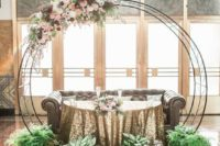 18 a wedding arch that highlights the sweetheart table, a good idea to save your money
