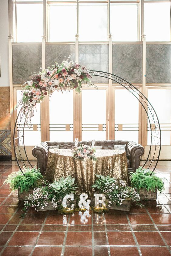 a wedding arch that highlights the sweetheart table, a good idea to save your money