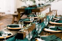 22 a simple and modern wedding tablescape with emerald linens, greenery and metallic touches