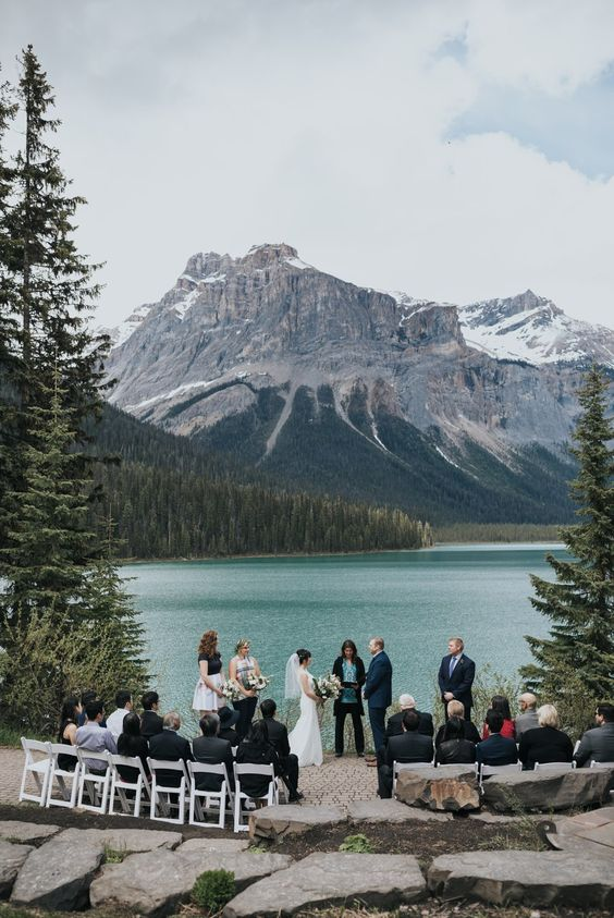 a micro wedding ceremony on the lakeshore, with an adorable view as the main touch and backdrop