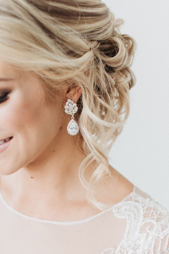 statement earrings of two crystal drops are amazing for a bride who wants some vintage chic